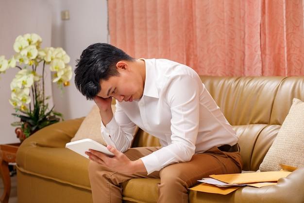 Uomo d'affari in difficoltà per la perdita del lavoro a causa della pandemia del virus covid-19