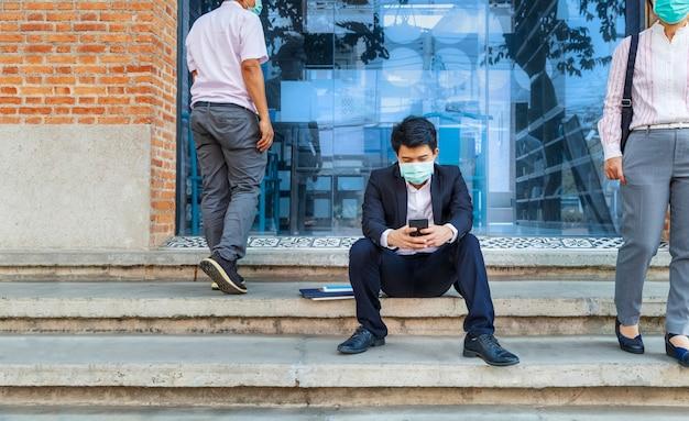 Uomo d'affari in difficoltà per la perdita di posti di lavoro dovuta alla pandemia del virus covid-19