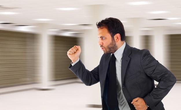 Uomo d'affari in esecuzione in ufficio perché è in ritardo