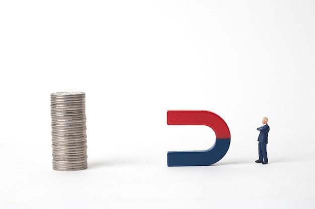 Uomo d'affari in miniatura e magnete