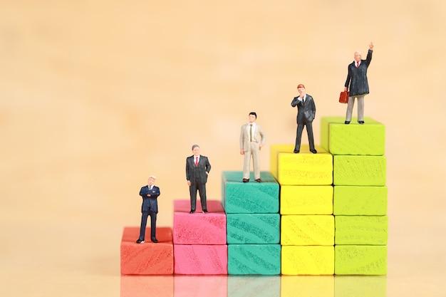 Uomo d'affari in piedi con podio in legno