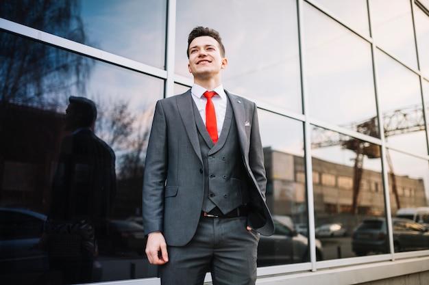 Uomo d'affari in piedi