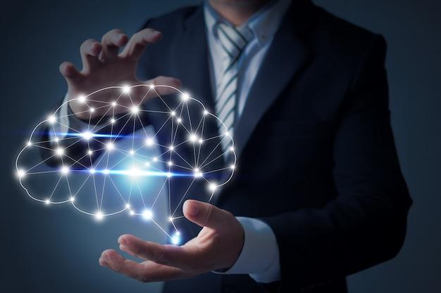 Uomo d'affari in possesso di un cervello nel palmo