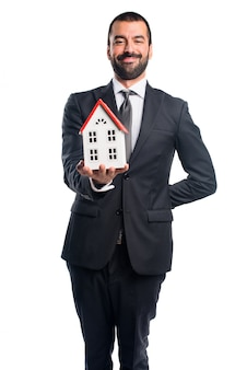 Uomo d'affari in possesso di una piccola casa