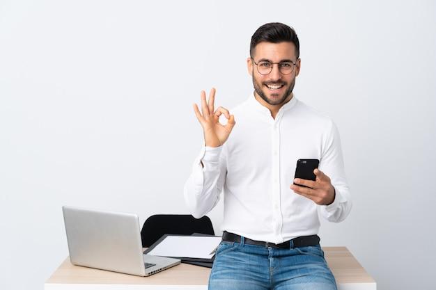 Uomo d'affari in un posto di lavoro con un computer portatile