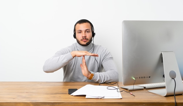 Uomo d'affari in un ufficio con il suo pc