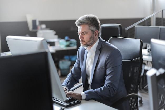 Uomo d'affari in un ufficio