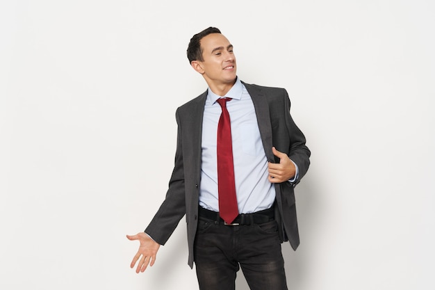 Uomo d'affari in un vestito di fiducia in se stessi professionale