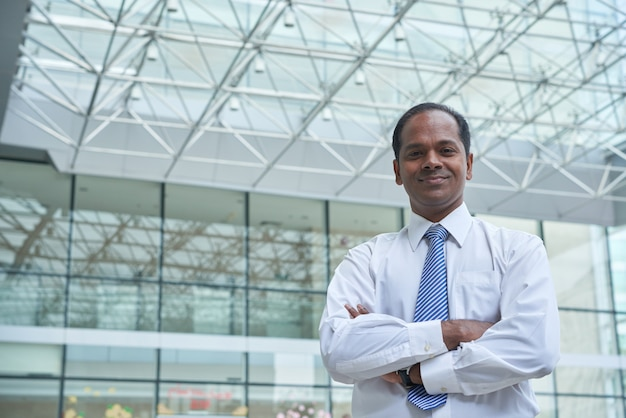 Uomo d'affari indiano allegro