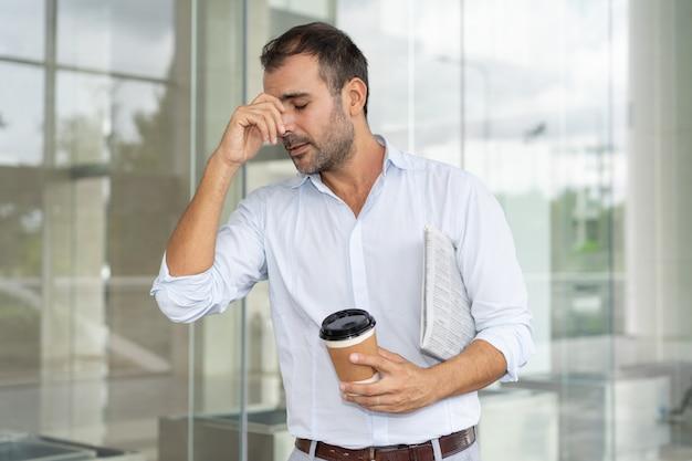 Uomo d'affari infelice frustrato con perdita