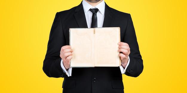 Uomo d'affari irriconoscibile che tiene pezzo di carta in bianco con lo spazio della copia