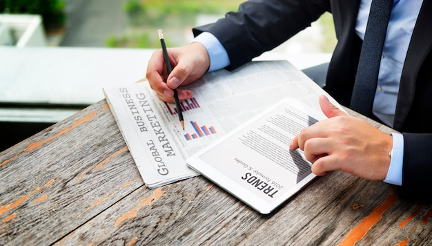 Uomo d'affari leggendo le notizie finanziarie