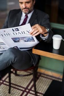 Uomo d'affari leggendo le notizie quotidiane