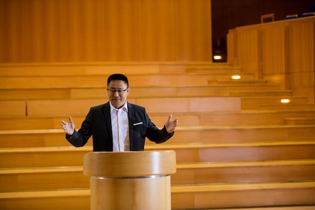 Uomo d'affari maschio che dà un discorso