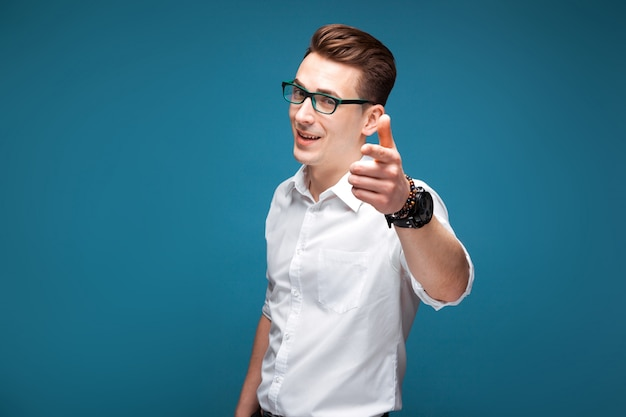 Uomo d'affari maturo attraente in costoso orologio, occhiali neri e camicia bianca