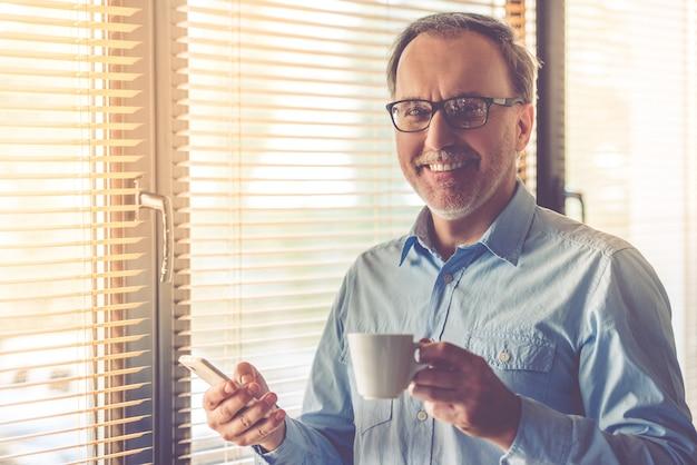 Uomo d'affari maturo bello in occhiali.