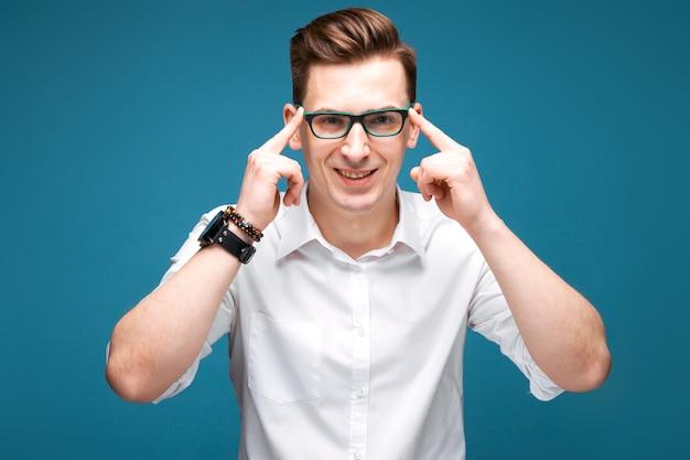 Uomo d'affari maturo bello in orologio costoso, vetri neri e camicia bianca