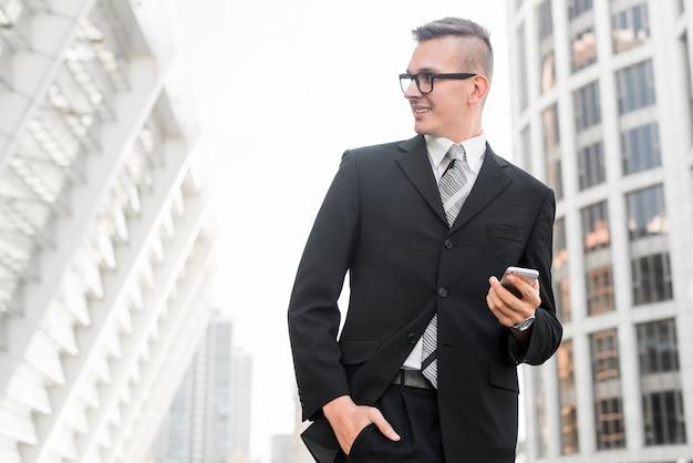 Uomo d'affari moderno con smartphone