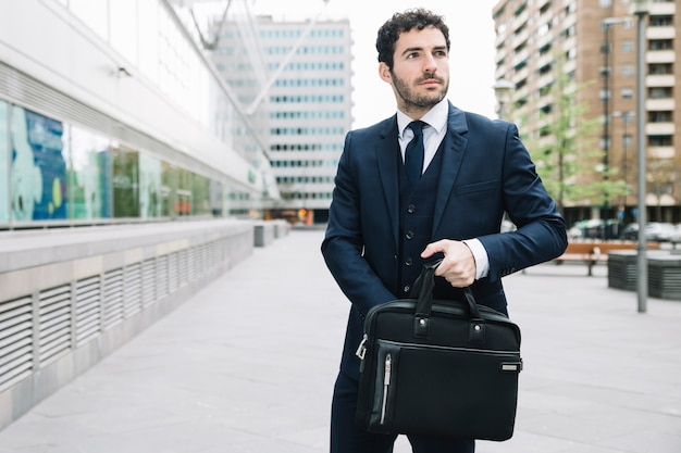 Uomo d'affari moderno in ambiente urbano