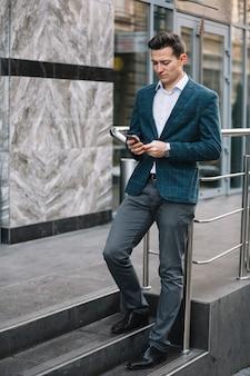 Uomo d'affari, navigare in internet