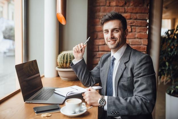 Uomo d'affari nel caffe