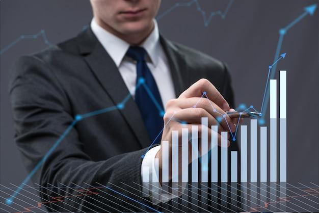 Uomo d'affari nel concetto di affari con grafico