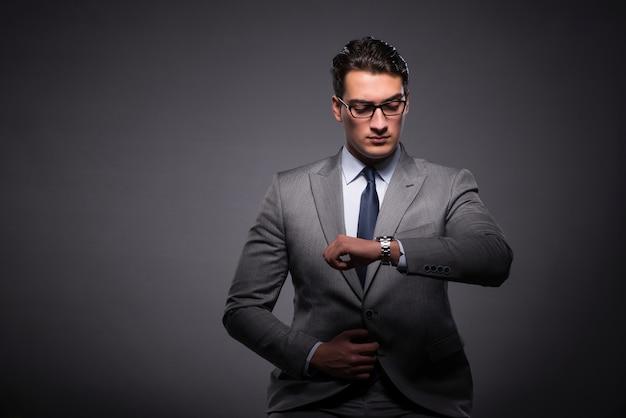 Uomo d'affari nel concetto di gestione del tempo