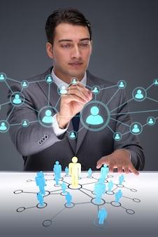Uomo d'affari nel concetto di reti sociali