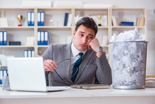 Uomo d'affari nel concetto di riciclaggio di carta in ufficio