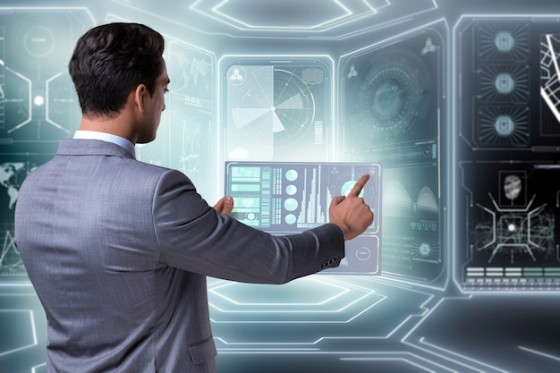 Uomo d'affari nel grande concetto della gestione dei dati
