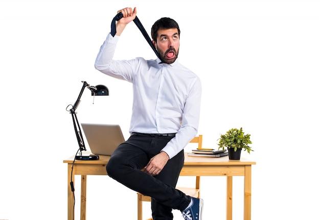 Uomo d'affari nel suo ufficio annegando se stesso
