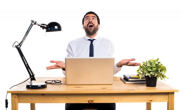 Uomo d'affari nel suo ufficio supplicando