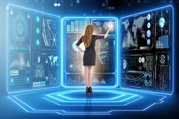 Uomo d'affari nella gestione di grandi quantità di dati