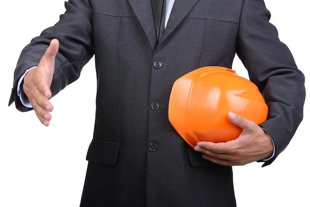 Uomo d'affari nella stretta di mano d'offerta del casco.