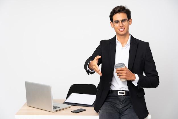 Uomo d'affari nella sua stretta di mano dell'ufficio dopo il buon affare