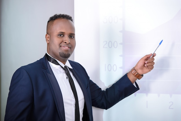 Uomo d'affari nero che dà presentazione ai suoi colleghi
