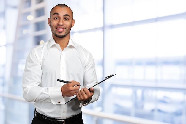 Uomo d'affari nero con appunti
