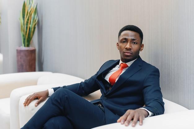 Uomo d'affari nero nel suo ufficio