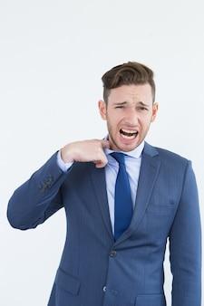 Uomo d'affari nervoso piangere e strappare la cravatta