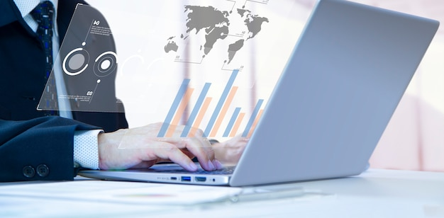 Uomo d'affari o analista con concentrazione digitando sul notebook del computer portatile per l'analisi dei rapporti finanziari e il ritorno sull'investimento, roi o rischio di investimento. spazio copia laterale incluso.