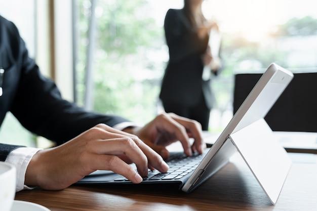 Uomo d'affari o ragioniere che lavora con il tablet