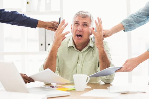 Uomo d'affari overwrought che richiede l'aiuto