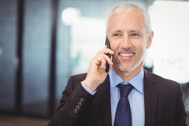 Uomo d'affari parlando sul cellulare