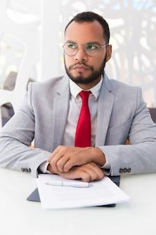 Uomo d'affari pensieroso che pensa sopra l'accordo