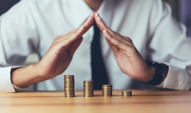 Uomo d'affari per evitare le monete. concetto in crescita. il successo degli obiettivi finanziari.