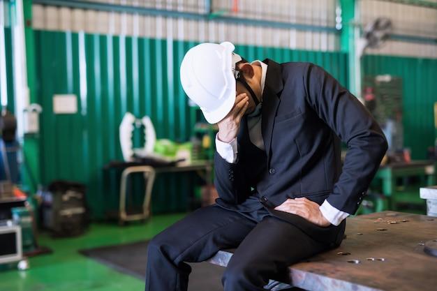 Uomo d'affari piangente a causa della crisi globale covid-19
