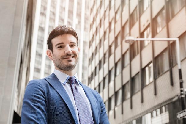 Uomo d'affari positivo che sta sulla via