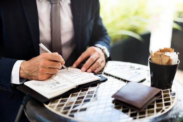 Uomo d'affari prendendo appunti