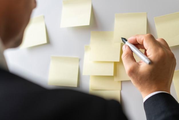 Uomo d'affari pronto a scrivere note