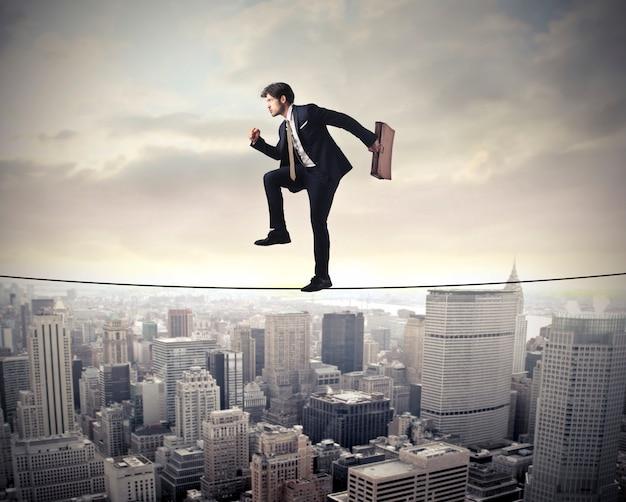 Uomo d'affari rischiando e bilanciamento